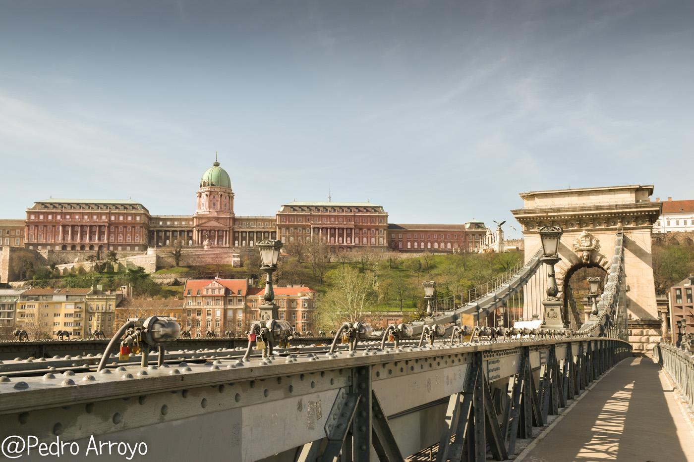 Puente de las Cadenas. Al fondo la ciudad de Buda